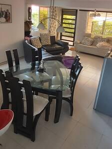 la entrada principal el comedor la cocina y los cuartos están comunicados ampliamente sin escalones