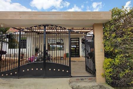 entrada principal a la propiedad y entrada a la casa