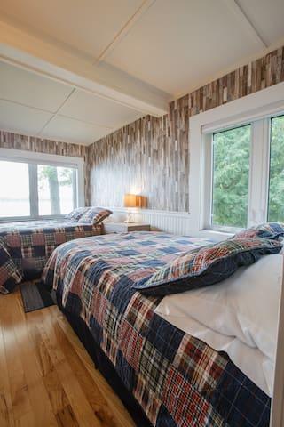 Lakeside bedroom (2 full beds)