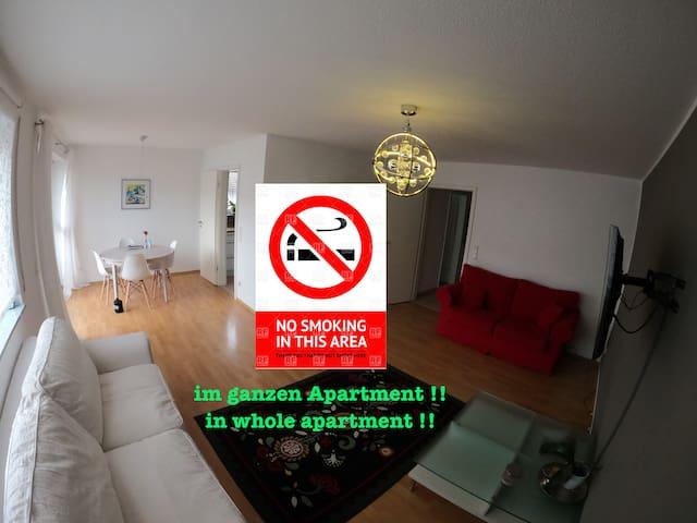 Absolutes Rauchverbot in meiner Wohnung!! Es kann aber auf dem Balkon geraucht werden.