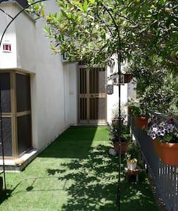 Vista giardino con ingresso
