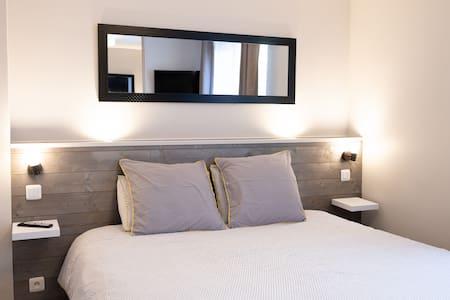 Chambre avec lit en 180x200cm matelas et oreillers à mémoire de forme