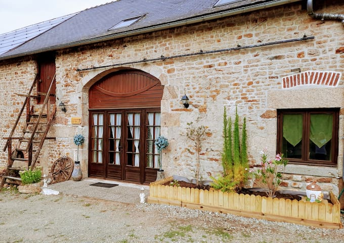 Immaculate Large Gite with Fishing Lake & Lazy Spa