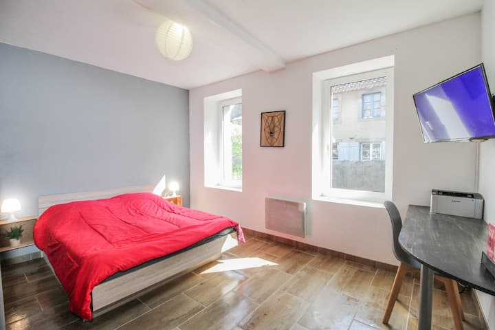 Downtown, 3 beds, quiet, printer, air conditioned