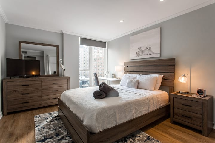 MAG MILE Private Bed/Bath in a LUX 2BR/2BA Apt