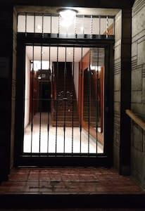 Puerta de ingreso al edificio 1,45m ancho x 2,5m alto