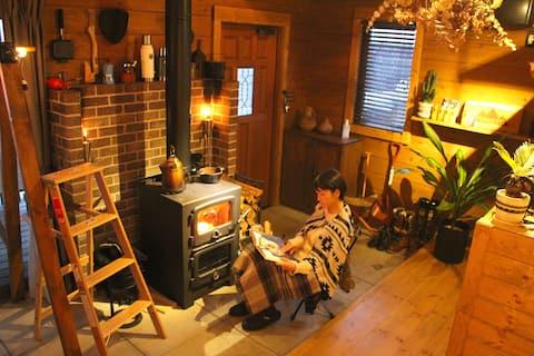 【1日1組】小さな民泊宿「日常の非日常」を感じられる一軒のログハウス〈FUMOTO〉