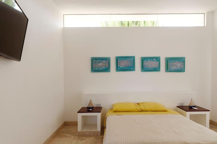 Habitación 4: Capacidad 2 personas, Cama Queen Size,Ropa de cama y baño 100% algodón pima, closet, Baño integrado a la habitación, Ducha Española con agua caliente y fría, Aire Acondicionado, Internet de alta Velocidad, TV con cable.