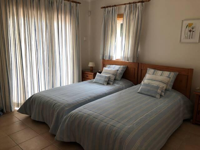 Slaapkamer op eerste verdieping met toegang tot dakterras.