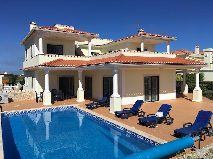 Luxe villa, privé zwembad, uitzicht over golfbaan.