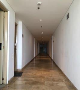 El corredor de acceso a Hineymoon Suit desde la salida del ascensor hasta la puerta principal no cuenta con ningún escalón es completamente plano y perfectamente iluminado tanto en el día como en la noche.