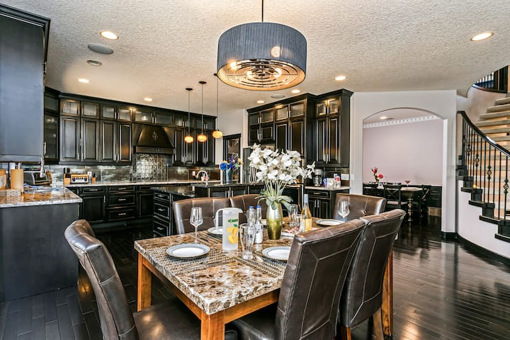 WOW Huge Luxury Home! 7 Bdrms, AC & Patio with BBQ