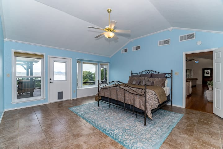 Spacious King Bedroom with a bay window, spectacular view!