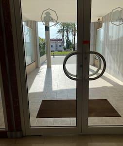 Jalur bebas tangga menuju pintu ke luar ruangan