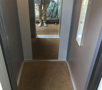 Es ist einmoderner barrierefreier Lift vorhanden, der vom EG ins 4.OG führt. Der Hauseingang im EG hat aber 3 Stufen und eine Einzelstufe an der Haustür.