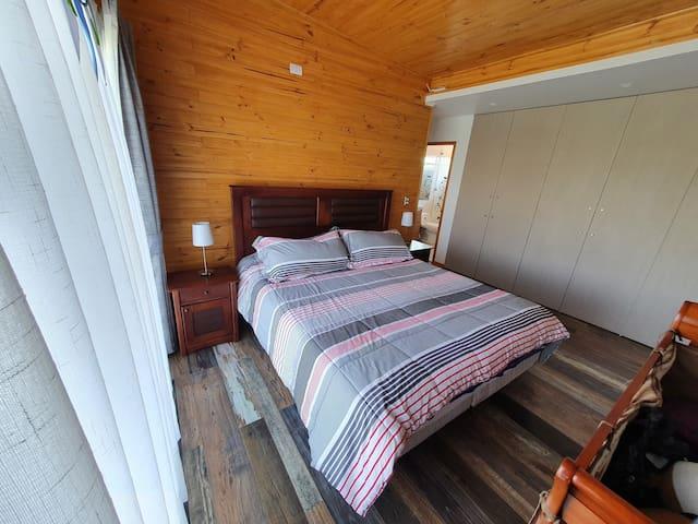 Pieza Principal de cama King, incluye cuna con sabanas. y se puede agregar un colchon inflable al costado.