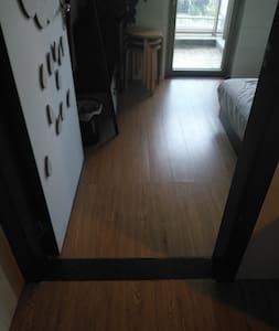 这是进入房间入口,无门槛,可直接进入。