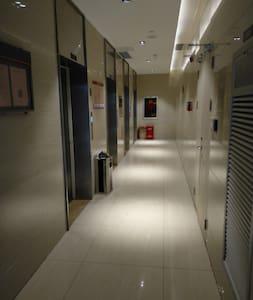 走廊灯光照明充足
