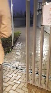 Trinfri sti til indgangen