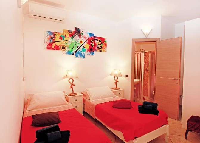 Stanza da letto en-suite con letti singoli a richiesta matrimoniale
