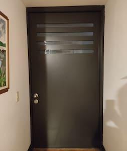 La puerta de acceso al apartamento es de más de 1 metro de ancha