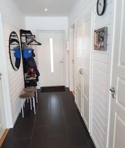 Det går att köra rullstol inne i lägenheten men där den är inte rullstolsanpassad lägenheten . ingången har ett trappsteg och list likadant är det till tvättstugan finns det en list.
