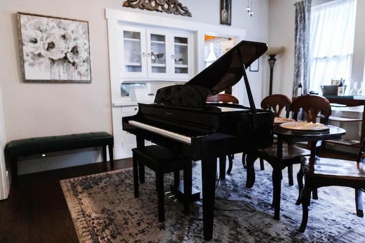 Stylish downtown 3BR/2BA w/piano lounge & hot tub