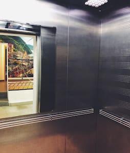 В доме два лифта один большой грузовой ,  другой чуть меньше.