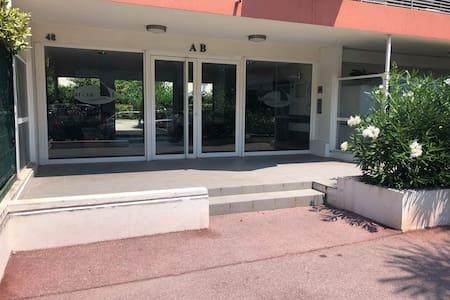 Entrée de l immeuble avec la rampe d'accès sur le côté