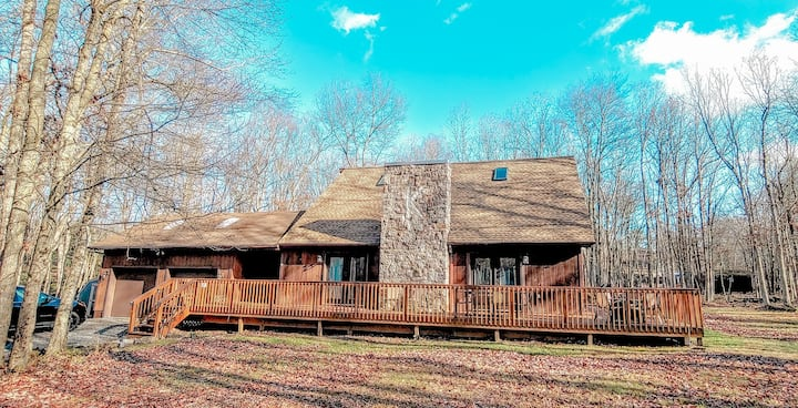 Amazing Cabin in the Poconos w/INDOOR hot tub!