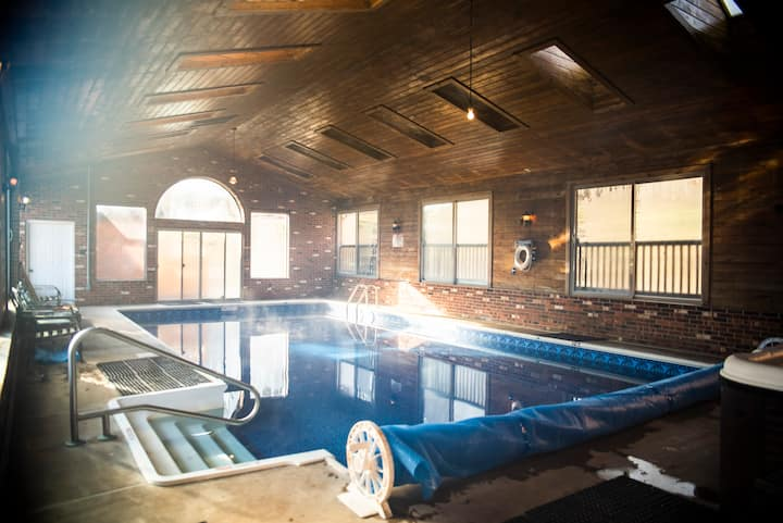 Red Rooster Cabin: ❤️Heated Indoor Pool & Hot Tub❤️
