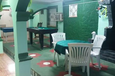 Terraza amplia con mesa de billar para el disfrute de los Huéspedes.