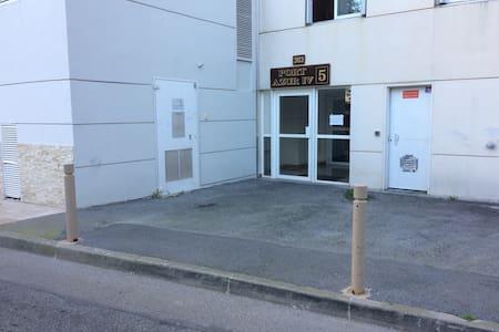 Vers l'entrée de l'immeuble trottoir de plain pied