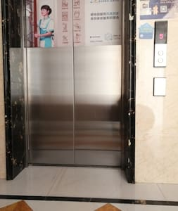 这是进入单元楼后的电梯和走廊光照