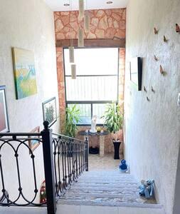 las escaleras son amplias y grandes de fácil acceso.