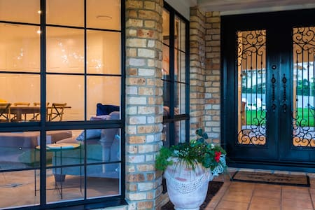 risanare offers easy access via a wide pathway leading to the front door. Front entrance is well-lit and has only 2 small steps.
