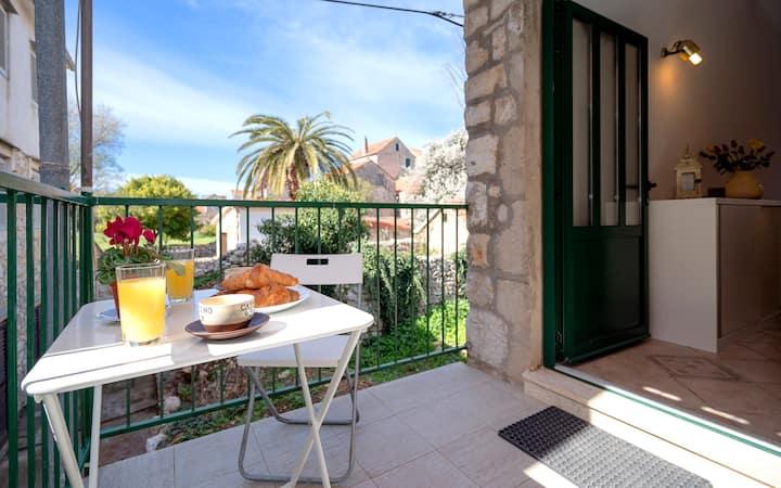 Lotti's Cozy Apartment in town of Stari Grad