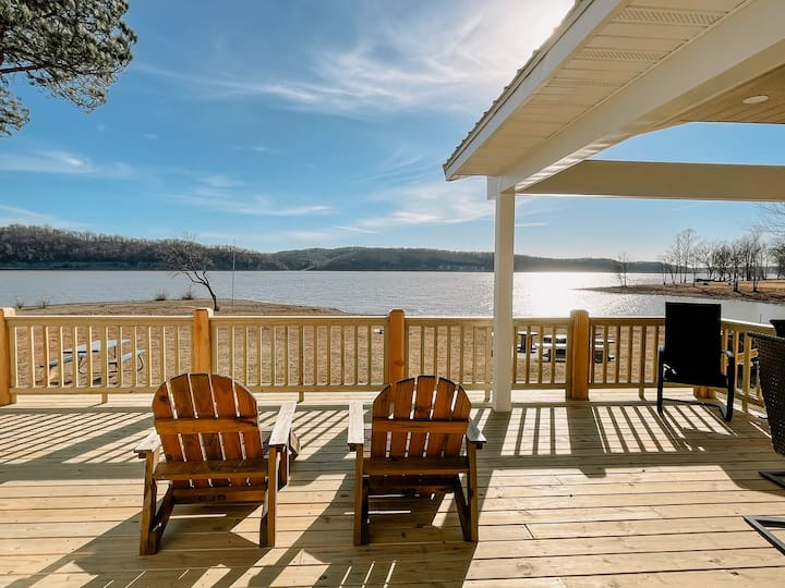 Large lakefront home, PRIVATE Boat Ramp & Dock
