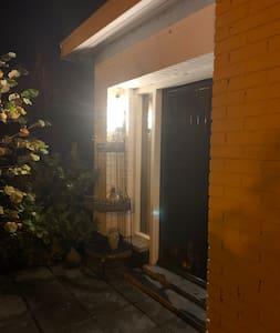 Via parking, op looppad naar volop verlichte ingangsdeur.
