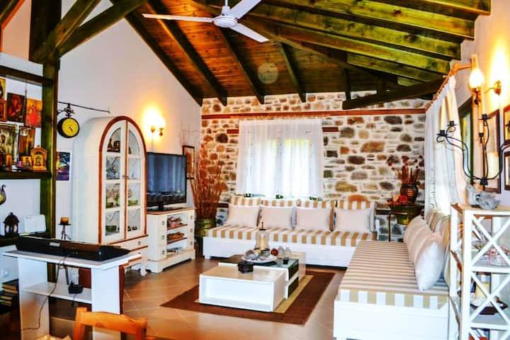 Nikos Stone House (80m from the beach+wifi)