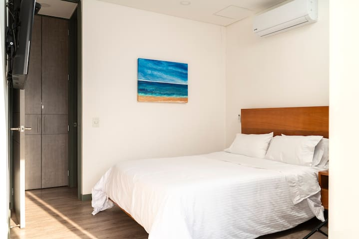 Second Room with AC, smart TV, closet and access to the balcony with amazing city view