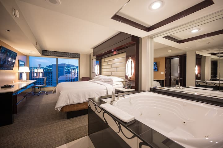 Jacuzzi Suite + Projection TV + Miracle Mile Mall