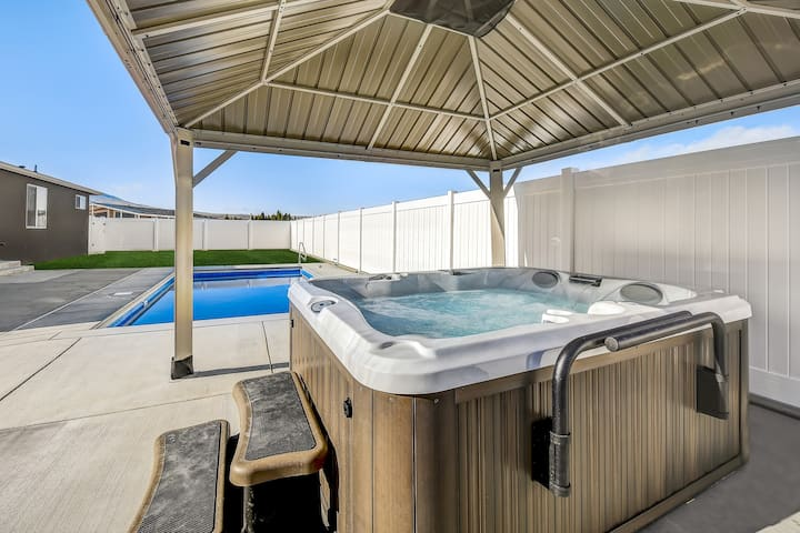 NEW CACTUS HOUSE, NEW HOT TUB, POOL, DESERT AIRE!