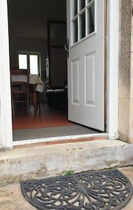 Porte d'entrée du logement. Existence d'une marche...