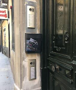 Puerta de entrada al portal. Tiene dos video portero en dos alturas para personas con movilidad reducida