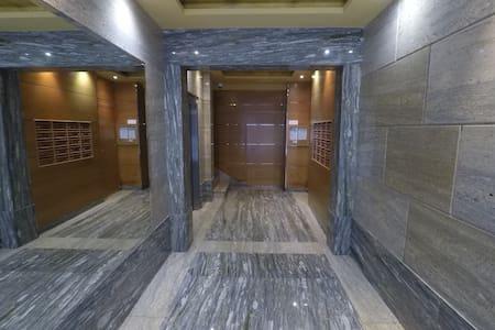 Portal de entrada al edificio. Se ilumina automáticamente cuando se accede al mismo.