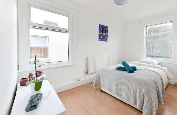 **DISCOVER HILEY, CO-LIVING IN KENSAL GREEN NW10**