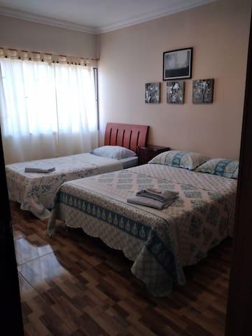 habitacion # 3. una cama doble y una sencilla, capacidad 3 personas.