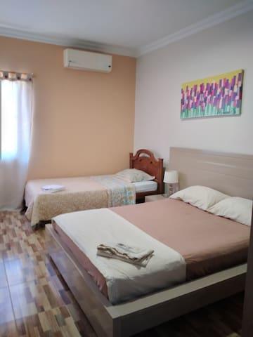 Habitacion  # 4 para tres personas con una cama doble y una sencilla. a.a.