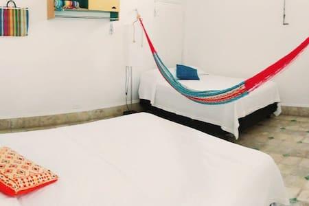 Habitación con dos camas tamaño matrimonial.